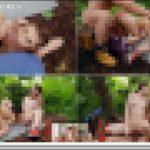 [モ無]<Vol.00963>ジャングルの中で好奇心旺盛な活発娘が二人でエッチな行為をしているところに男性が通りかかり成り行きのまま野外3P乱交をおっ始めてしまう変態行為… 洋物 3P PEWORLD00963